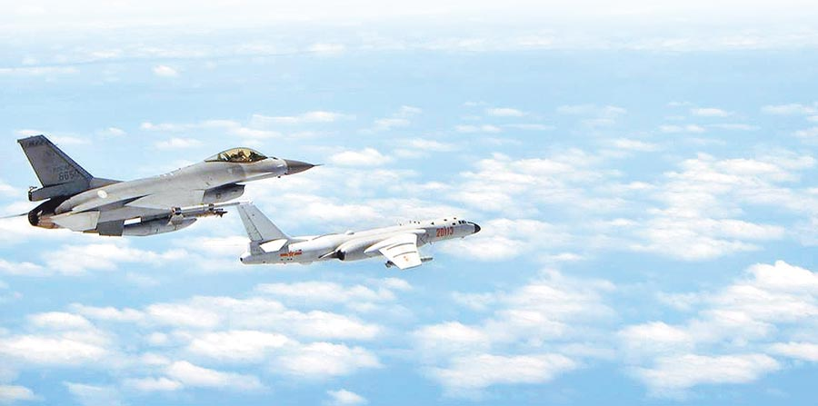 《危機觀察》報告指出,台海因陸美對抗致緊張情勢持續升高,被納入「政治安全情勢重大惡化地區」,圖為共機繞台,我F-16戰機(左)升空監控共機轟6K(右)。(空軍司令部提供)
