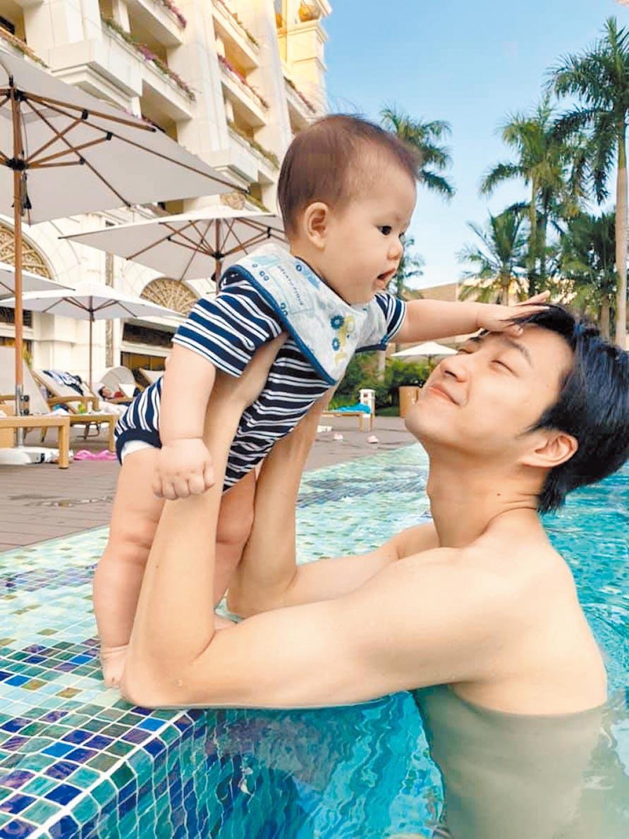 江宏傑去年底在游泳池抱著7個月大的小兒子合影,父愛滿點。(江宏傑臉書粉專翻攝)