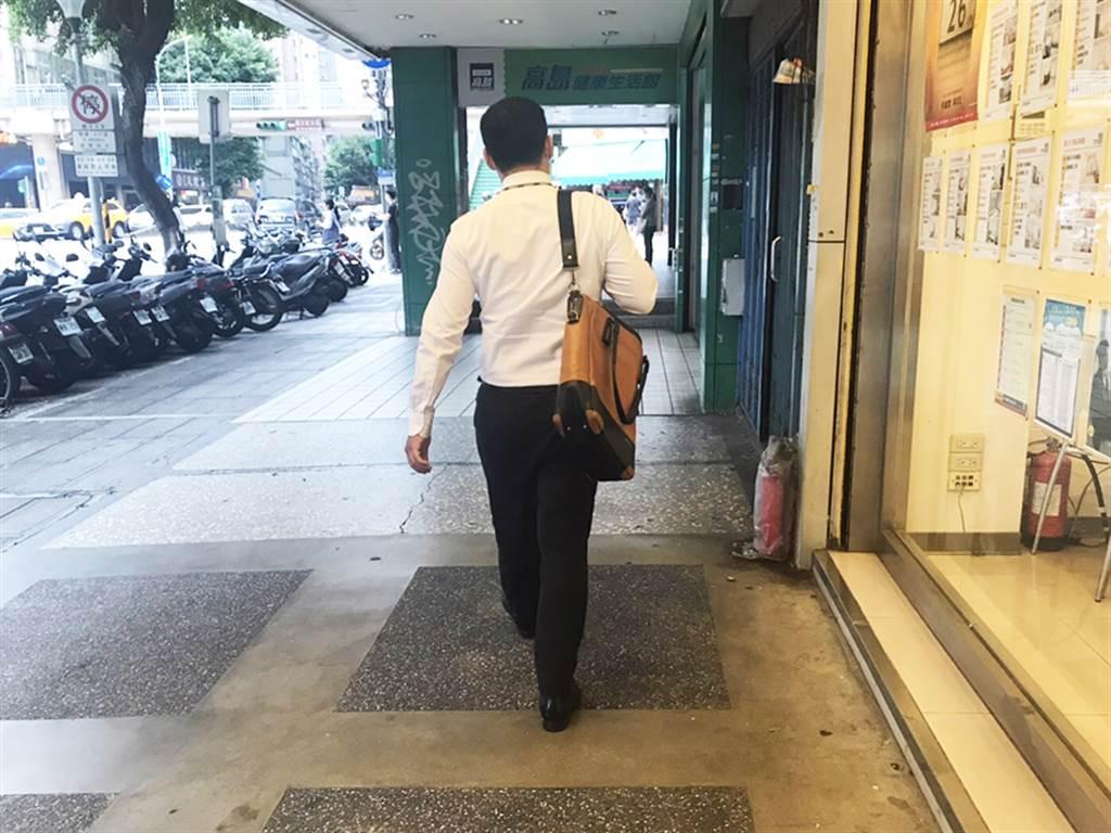 為達到每日萬步走目標,許多員工短程移動時多以步行來取代交通工具