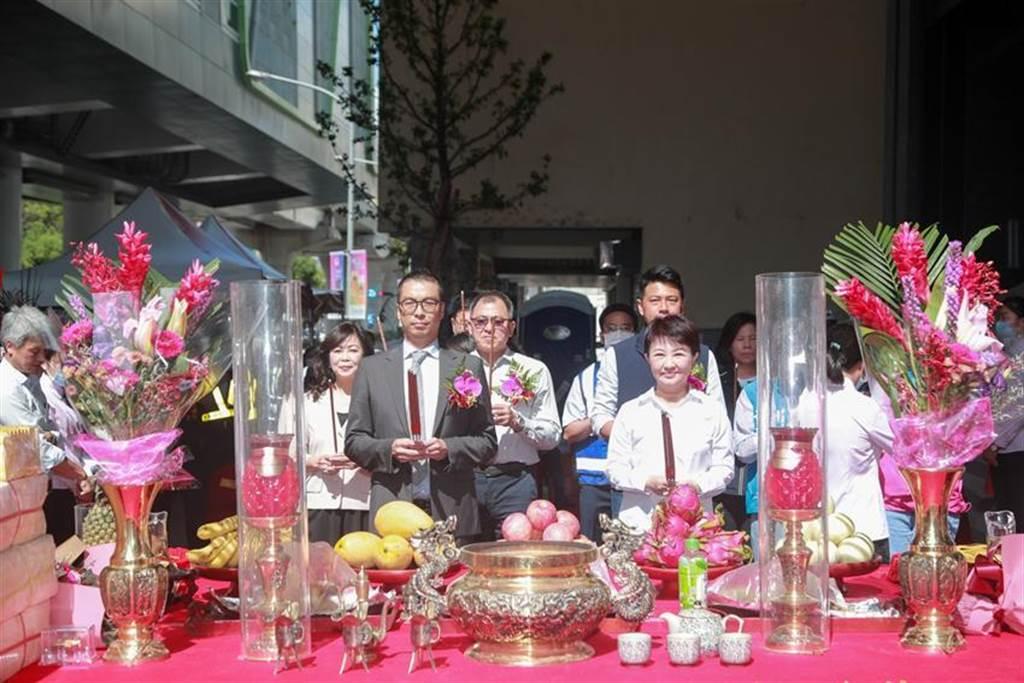 冠德建设董事长马志纲(左)今日与台中市长卢秀燕共同主持捷运宅上梁仪式。(图/中市府)