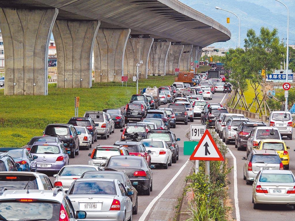 改善塞車,不能只管一條路,交通工具要總動員,吸引民眾選擇搭乘大眾運輸工具,才能有效減少車流。(本報資料照片)