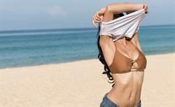 櫻花妹挑戰穿脫衣對比曬內在美 極小比基尼只夠遮點