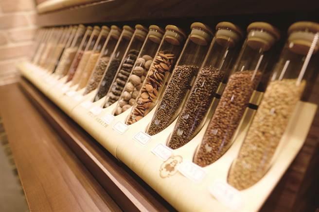 「德利泰」將藥材種子裝入玻璃試管展示,讓民眾更加了解中藥材。( 圖/德利泰 )