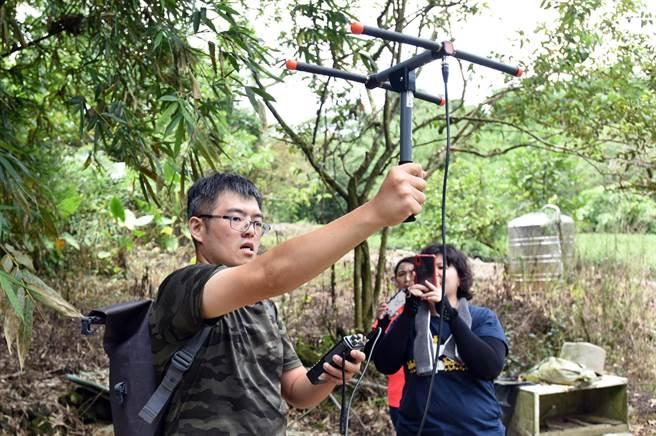 保育團隊持續追蹤觀察並紀錄食蛇龜的健康與成長情形。(日月光文教基金會提供/許昌平台北傳真)