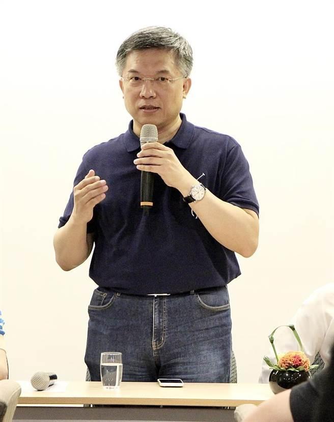 (亞太青年創新創業協會創會會長邱華創提出,青創業面臨國際資本市場,近期更趨向於「因材施『銀』」的氛圍,希望透過「因材施『贏』」導入策略資源。 圖/亞太青年創新創業協會提供)