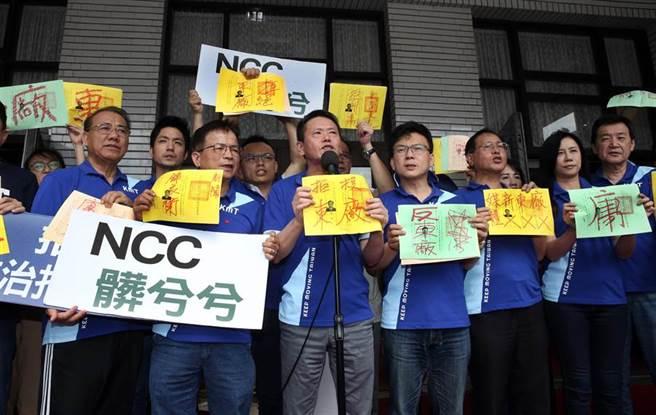 國民黨立委領完選票後在選票上塗鴉,寫上「拒投東廠」、「媒體東廠」等字樣抗議並諷刺NCC髒兮兮。(姚志平攝)