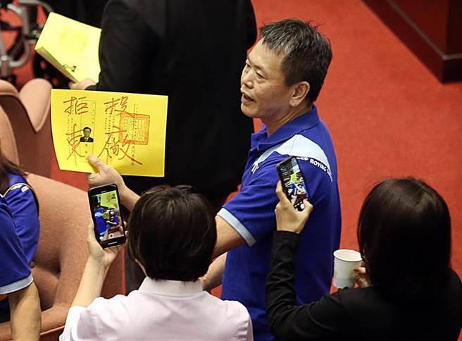 國民黨立委林為洲(右上)等人在領完選票後在選票上塗鴉,寫上「拒投東廠」等字樣抗議,民進黨立委則上前拍照。(姚志平攝)