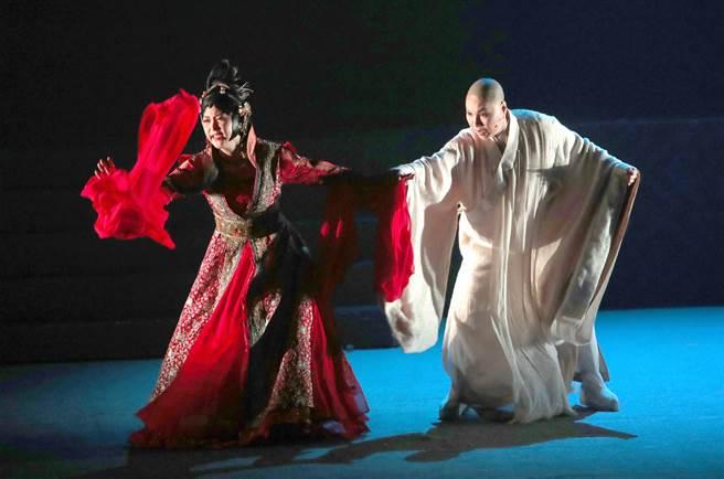 唐美雲(右)剃髮演出法海,是位放不下的往日情愫、發願渡化眾人的高僧。(鄭任南攝)