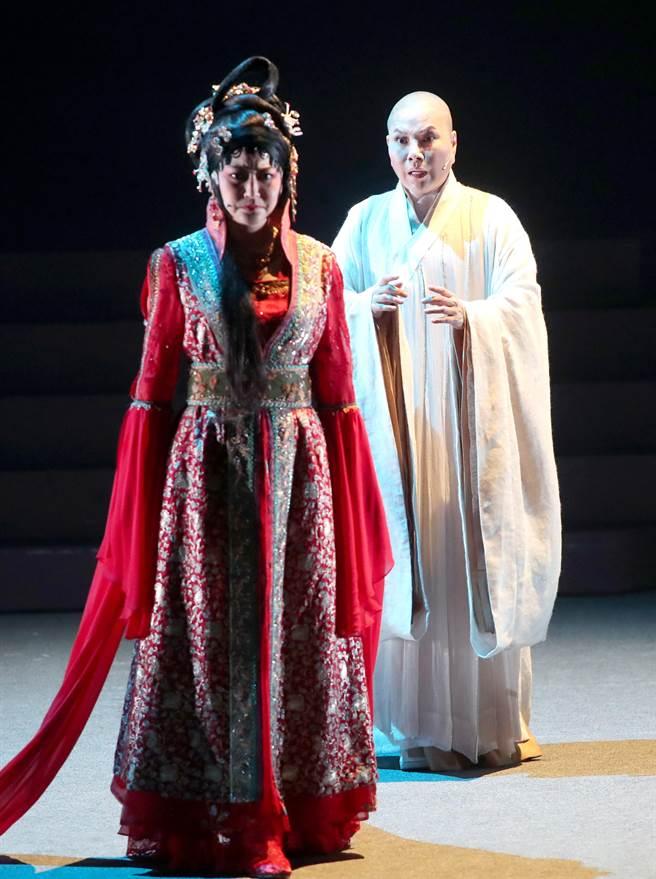 唐美雲(右)剃髮演出法海,是位放不下的往日情愫、發願渡化眾人的高僧,有深刻的內心戲。(鄭任南攝)