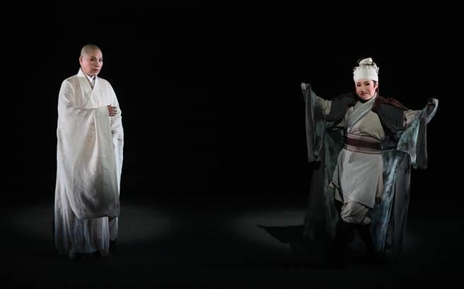 唐美雲(左)扮演執著於「渡」的法海,在戲中遇上由小咪(右)飾演,詼諧俏皮如頑童,內心卻帶著佛性的「擺渡人」。(鄭任南攝)