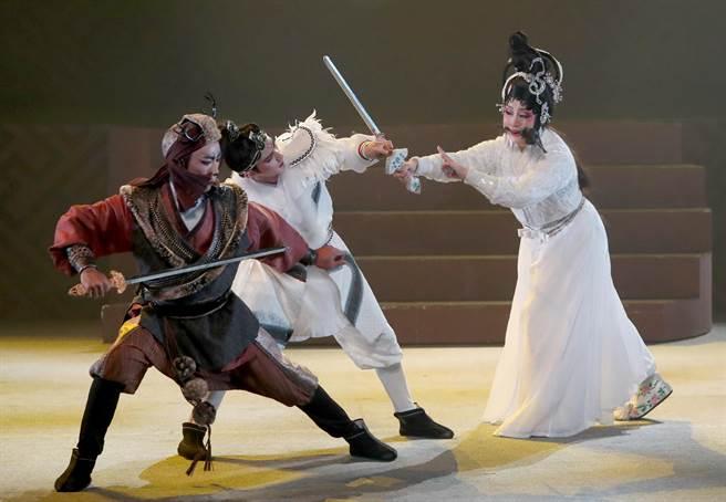 為了盜取仙草拯救許仙,白素貞與追兵展開一場大戰。(鄭任南攝)
