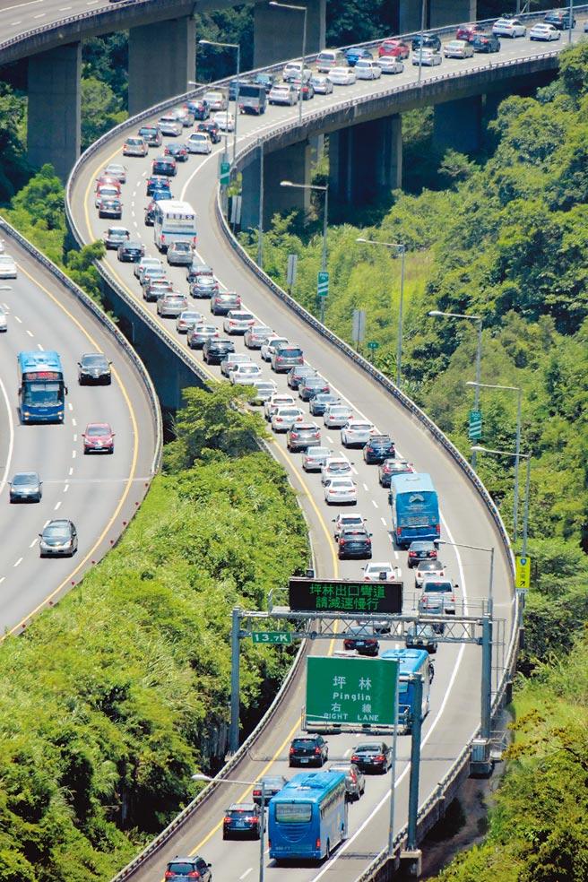 國道5號每逢連假必定塞爆,有專家學者建議以擴大差別費率、擴大高乘載、大客車優先通行等方案來改善。 (本報資料照片)