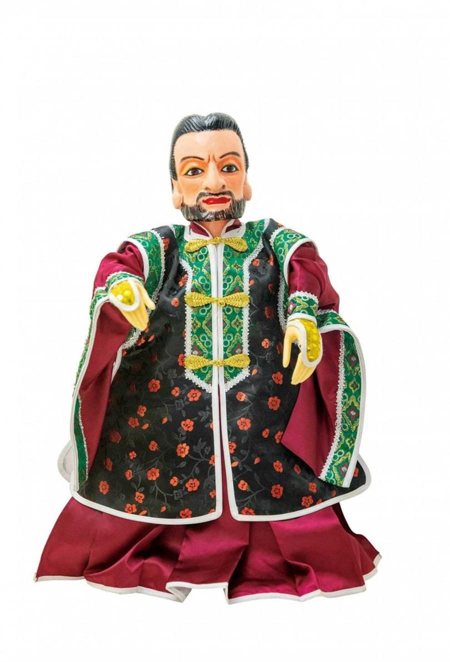 根據屏東「萬金教堂」神父的形象所打造的戲偶,結合了傳統與在地生活民情。(圖/宋岱融攝)