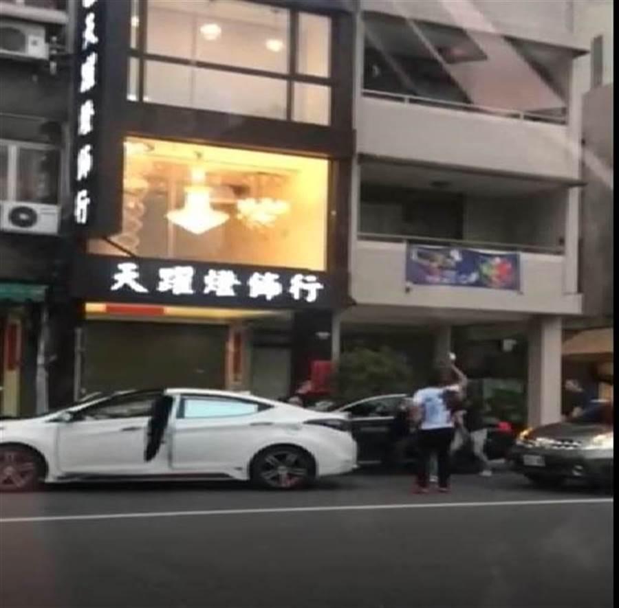 台中市北區中清路一段9日傍晚發生街頭暴力傷人案件,一群惡煞手持棍棒棍棒砸車,猛砸鄭姓男子BMW黑色汽車。(翻攝照片/張妍溱台中傳真
