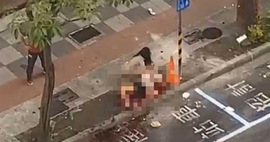 高雄清晨發生街頭砍人事件,一名男子在舞廳外遭砍,渾身是血倒臥人行道。(翻攝畫面)
