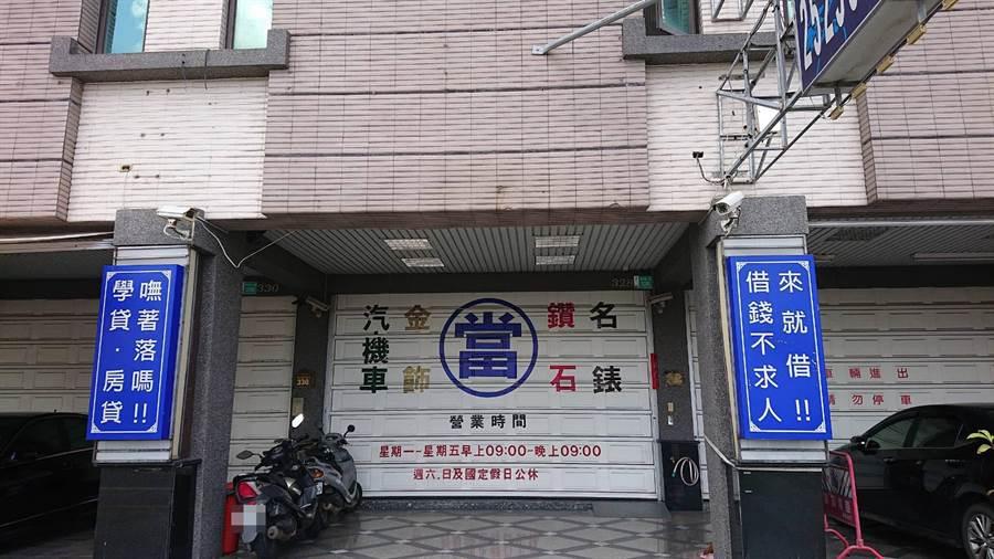 北區9日凌晨3時許發生一起當鋪槍擊案,遭人開17槍,讓台南市黑道在街頭槍擊互轟案件曝光,警方正追查幕後教唆者。(程炳璋攝)