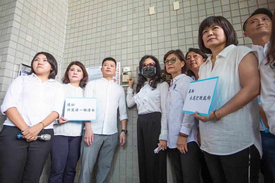 林絲娛10日在8位國民黨議員陪同下,至高雄地檢署按鈴控告不實謠言及傳聞。(袁庭堯攝)