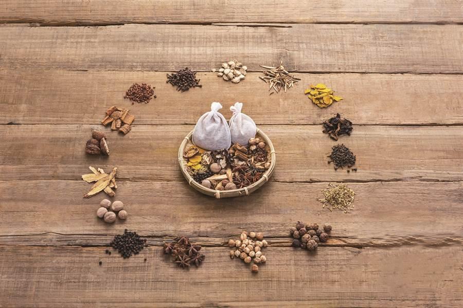 台灣料理常用的滷包由多種香料組成,只需一包,就能變化出料理的味覺層次。( 圖/黃長生藥行提供)