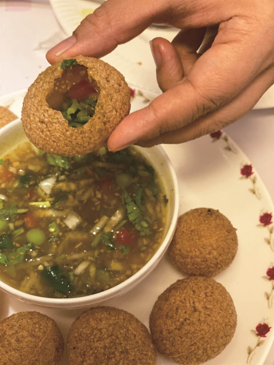 「清奈媽媽」將Panipuri 蘸醬改得更簡單,淋上香菜水即可大快朵頤,十分符合台灣人的口味。( 圖/陳愛玲)