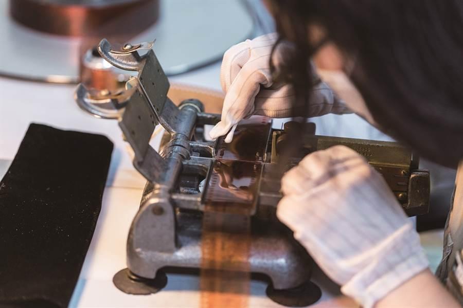 使用接點膠水處理膠卷髒點時,必須注意塗抹厚度,避免表面高度不均導致數位掃描出現晃動。(圖/台北畫刊提供、林冠良攝)
