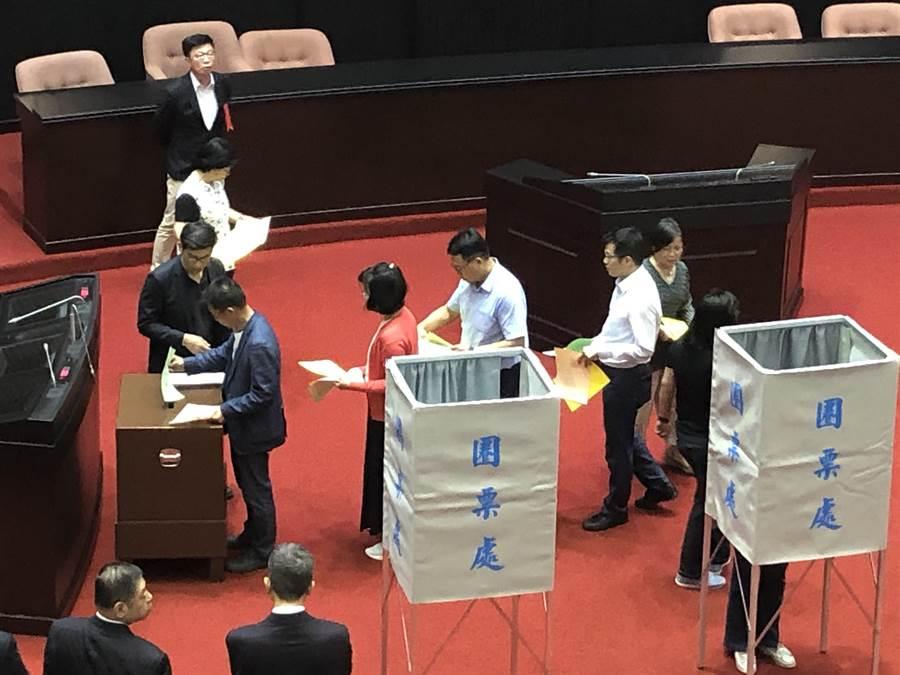 民進黨立委搶先投下NCC人事案。 (趙婉淳攝)
