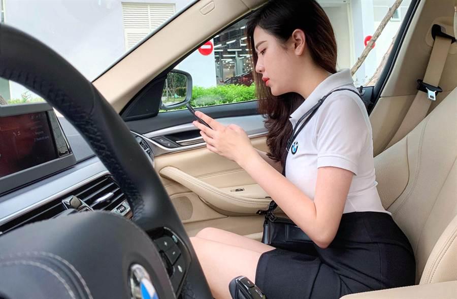 越南美女汽車業務,網路爆紅。(照片來源:Lý Huỳnh Thanh Thảo臉書)