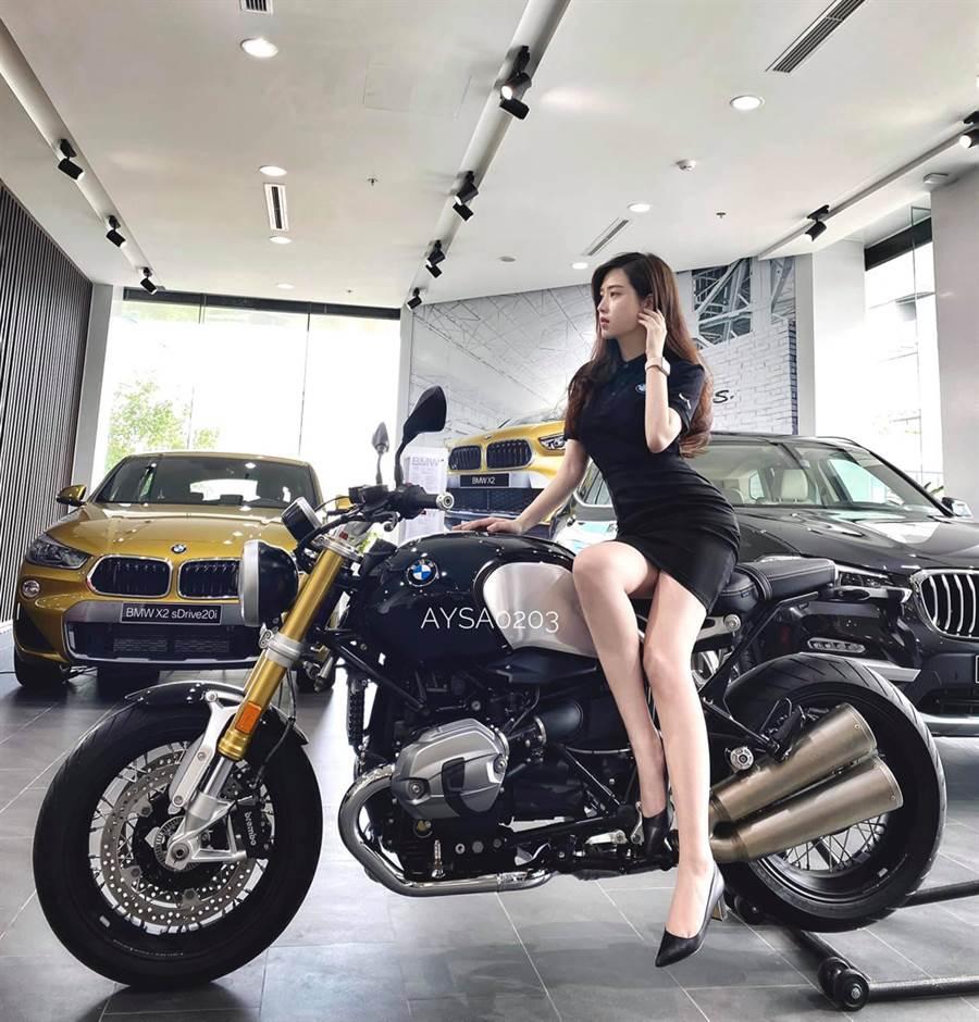 Lý Huỳnh Thanh Thảo換穿一襲黑色緊身短裙制服,更加凸顯身材。(照片來源:Lý Huỳnh Thanh Thảo臉書)