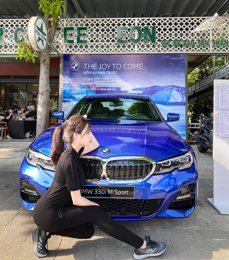 Lý Huỳnh Thanh Thảo是越南BMW業務,穿上一襲黑色緊身洋裝制服。(Lý Huỳnh Thanh Thảo臉書)