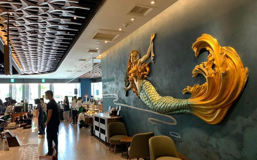 高雄夢時代星巴克門市是首間融入海洋意象的門市,門市內3大ARTWORK藝術牆面,成為網美必朝聖的咖啡店。(柯宗緯攝)