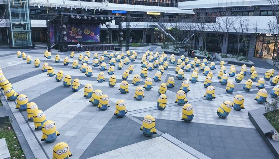 台中軟體園區Dali Art藝術廣場,最初有將近200個小小兵佈滿廣場,不料連假過後,不敵民眾破壞,剩下傷兵10幾個。(台中軟體園區Dali Art藝術廣場提供/黃國峰台中傳真)