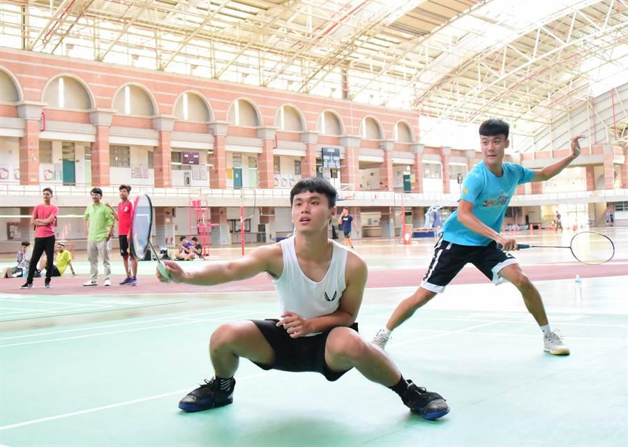 受到新冠肺炎影響,屏東科技大學600多名國際生暑假無法回國,學校國際事務處規畫系列活動,讓留在台灣的國際生體驗台灣之美,10日首先舉辦體育賽事。(潘建志攝)