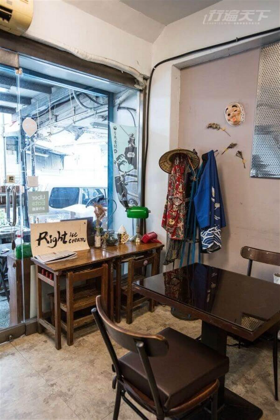 帶點復古風味的店內空間,還有學生課桌椅的童趣感。(圖/行遍天下提供)