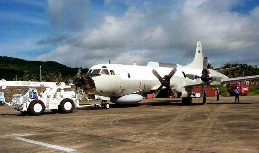 2001年中美南海撞機事件造成兩國外交危機,大陸摔了一架戰機還賠上一名飛行員,但最後忍氣吞聲交還美方人機,讓許多大陸人都覺得憋曲。圖為迫降在海南島陵水機場的美軍EP-3電子偵察機。(圖/網路)