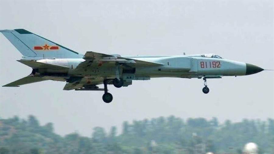 2001年解放軍派2架殲-8戰機前往攔截美軍偵察機,圖為其中一架由飛行員王偉所駕駛的戰機,最後因美軍機相撞墜毀,王偉跳傘落海後下落不明,也因此成為大陸人民心目中的英雄。(圖/網路)