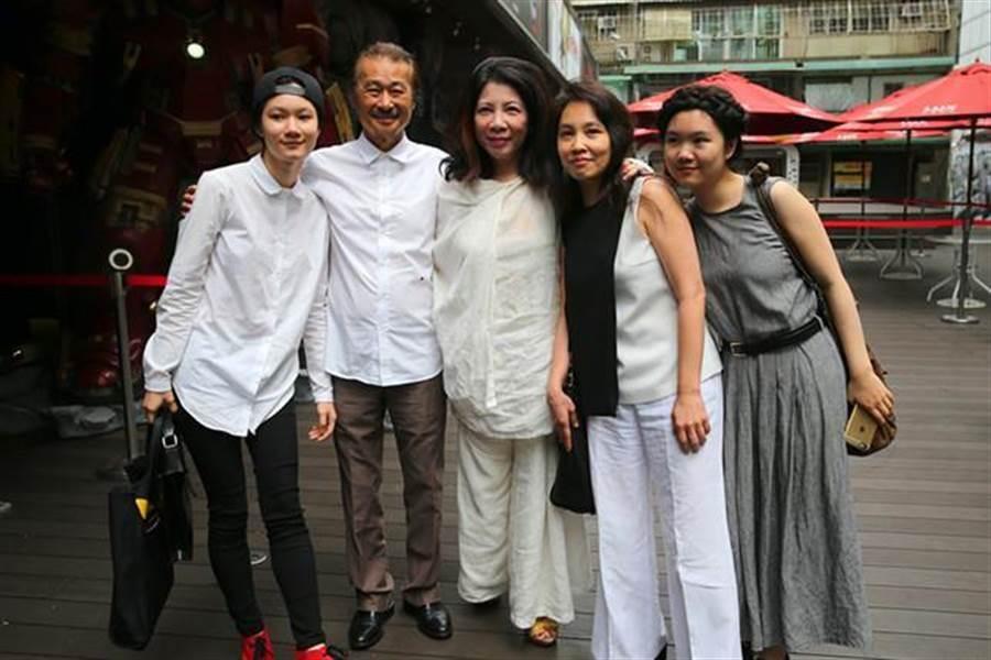 前民進黨主席施明德(左二)和妻子陳嘉君(右二)、女兒施蜜娜(右一)、施笳(左一)和資深媒體人陳文茜(中)合影。(資料照片,黃世麒攝)