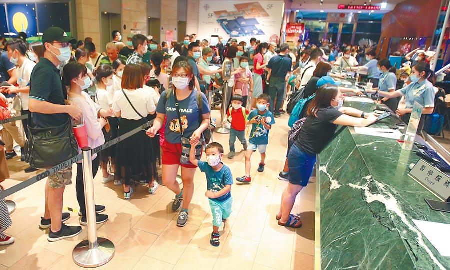 被疫情悶壞了,民眾在假日紛紛出遊,圖為台北101大樓觀景台售票處,擠滿人潮。(本報資料照片)