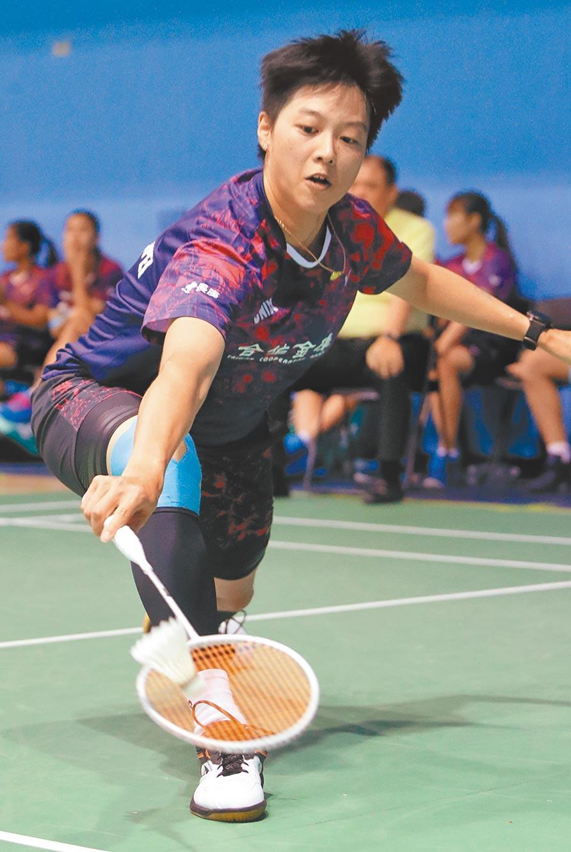 羽球團體錦標賽合庫A隊白馭珀(如圖)直落二擊敗台電B隊謝芷楹,拿下第1點,終場合庫A以3比0獲勝。(鄭任南攝)