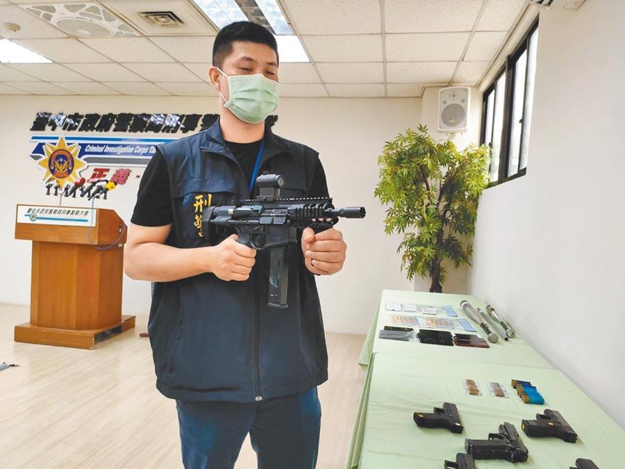 台中警方偵辦西屯區汽車租賃行開槍案,9日記者會上宣布破案,警方逮捕涉嫌開槍的莊嫌等3人,起出5短2長改造槍枝,警方持續追查其他共犯。(張妍溱攝)