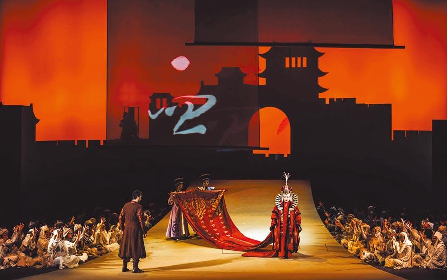 由衛武營國家藝術文化中心與德國萊茵歌劇院共同製作的歌劇《杜蘭朵》,舞台以乾淨、簡明的方式,呈現中國古代宮廷形象。(衛武營國家藝術文化中心提供)