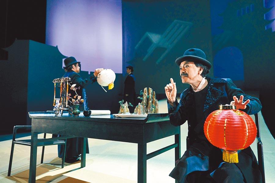 普契尼歌劇《杜蘭朵》裡的平、彭、潘3位大臣,原本沒有特定形象,導演黎煥雄安排這3人陪同皇帝一起穿西服上陣。(衛武營國家藝術文化中心提供)