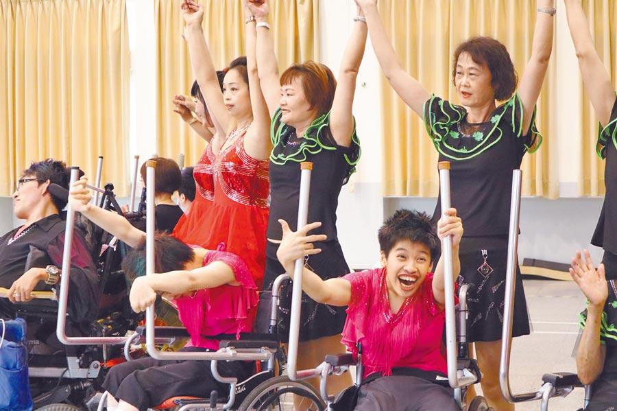 八里爱心教养院「生命之美」交流活动9日前进淡水国小表演轮标舞。(戴上容摄)