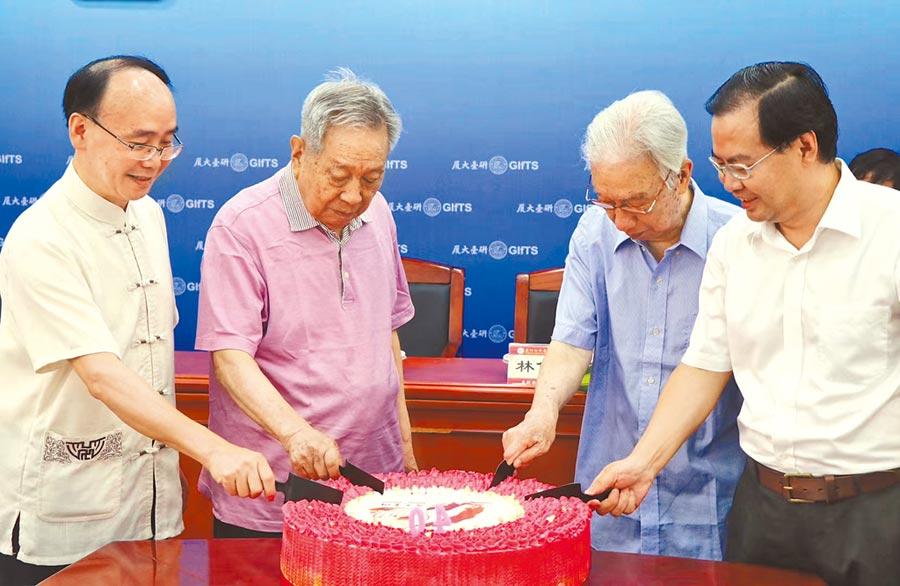 歷任院长共同切蛋糕庆祝40周年院庆。(厦大台研院提供)
