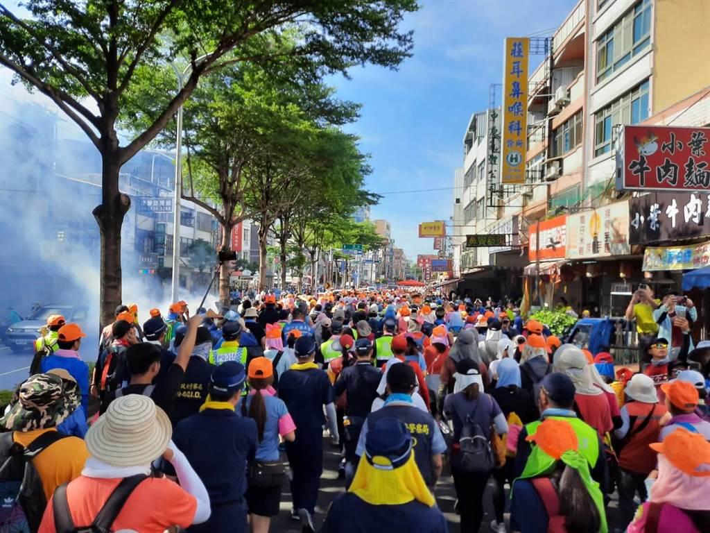 白沙屯妈祖「粉红超跑」銮轿11日下午飞快进入台中海线,吸引3万多名信眾追随。(民眾提供/王文吉台中传真)