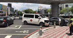 女駕車撞救護車 車內命危老翁到院前死亡