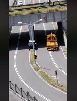 新竹警恍神警車開上分隔島 網打趣:磁浮警車
