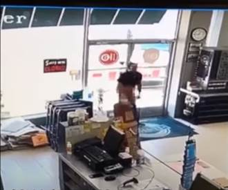 被抓包惱羞 賊露鳥露菊花秒被KO 店員直呼爽啦!