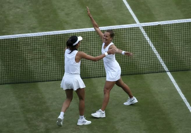 謝淑薇和捷克搭檔史崔可娃贏得2019溫網女雙冠軍。(美聯社資料照)