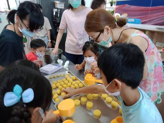 課程活動利用週末,讓小朋友跟爸爸媽媽一起參加烘培,促進親子之間的陪伴。(台中市政府提供/陳世宗台中傳真)