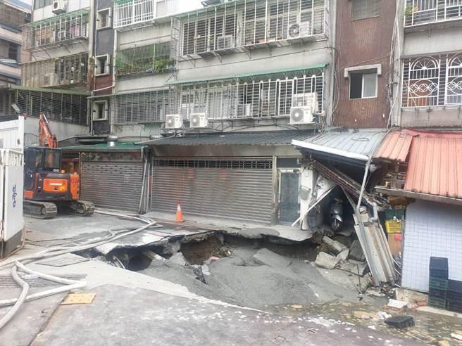 永和文化路建築工地路基流失,造成民宅結構受損。(王揚傑翻攝)