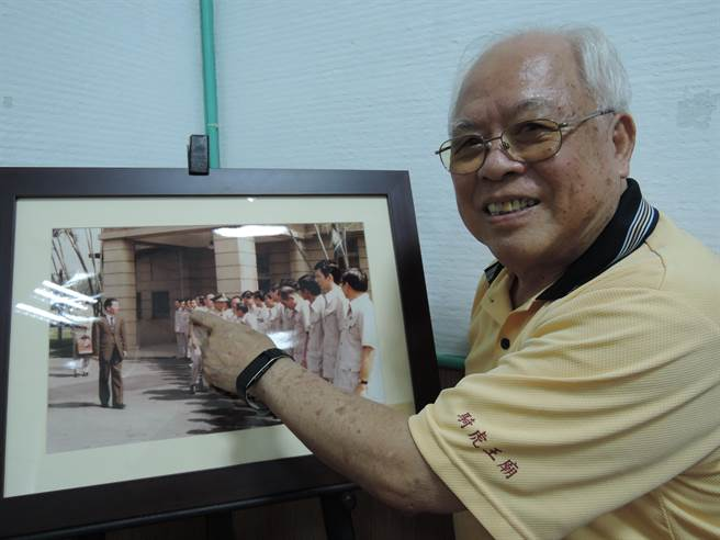 洪正一指著照片裡的他,當年迎接已故陸軍上將王昇的樣子。(張毓翎攝)